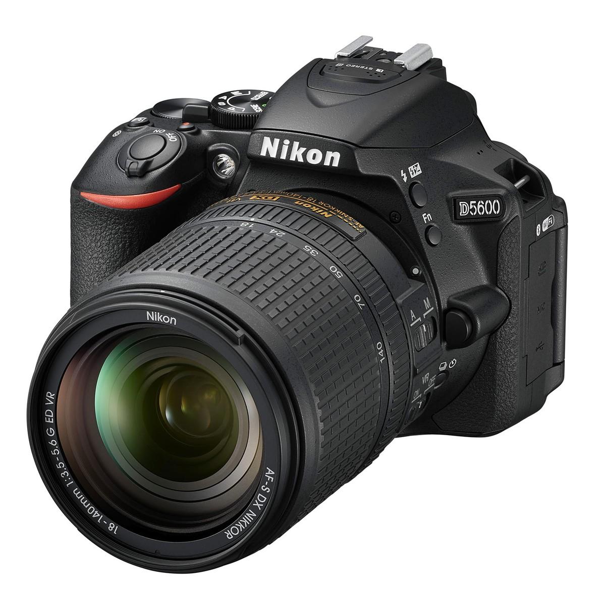 Nikon D5600 + 18-140 mm AF-S VR, CashBack 1350 Kč
