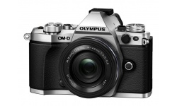 Olympus OM-D E-M5 II + 14-42 mm EZ silver + Objektiv Olympus 45/1.8, karta SDHC 32GB a náhradní baterie Patona