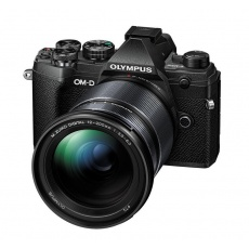 Olympus OM-D E-M5 III black + 12-200